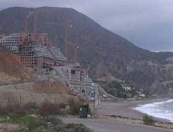MACROHOTEL en la misma playa de El Algarrobico (Carboneras), en la misma arena y con más de 20 pisos de altura.